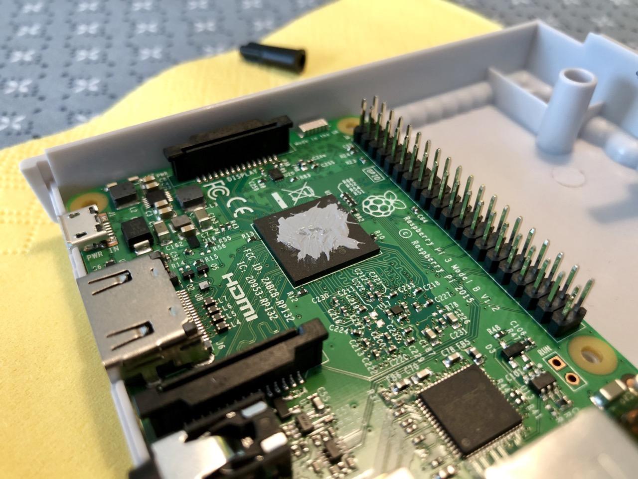 Vor dem Aufbringen des Heatsinks habe ich die CPU mit ein wenig Thermalpaste versehen. (Bild: André Eymann)