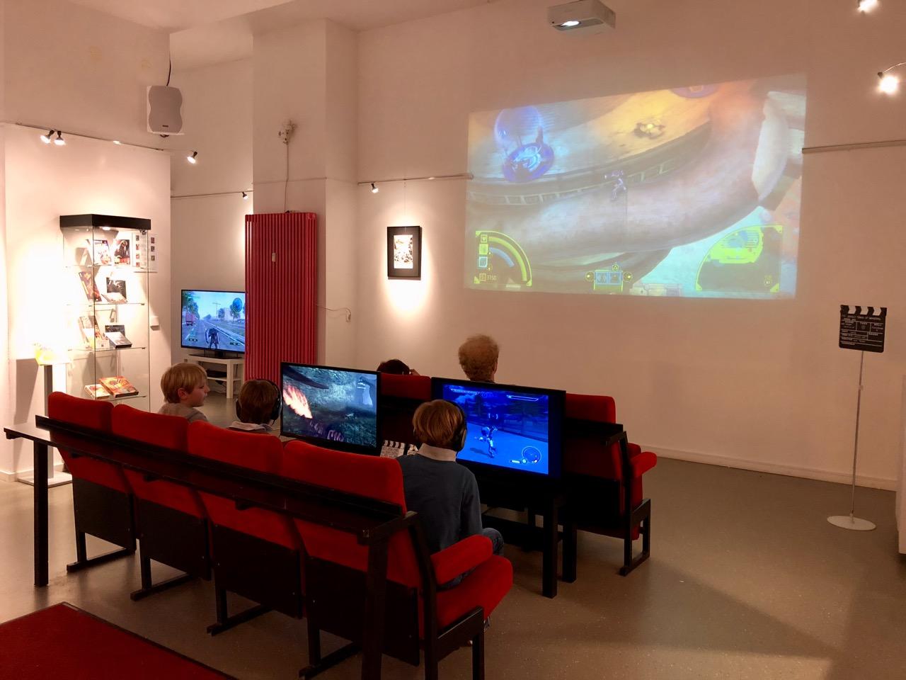 Spielen wie im Kino: dank Beamer und großen Bildschirmen konnten die Besucher leichter in die Spielerfahrung eintauchen. (Bild: André Eymann)