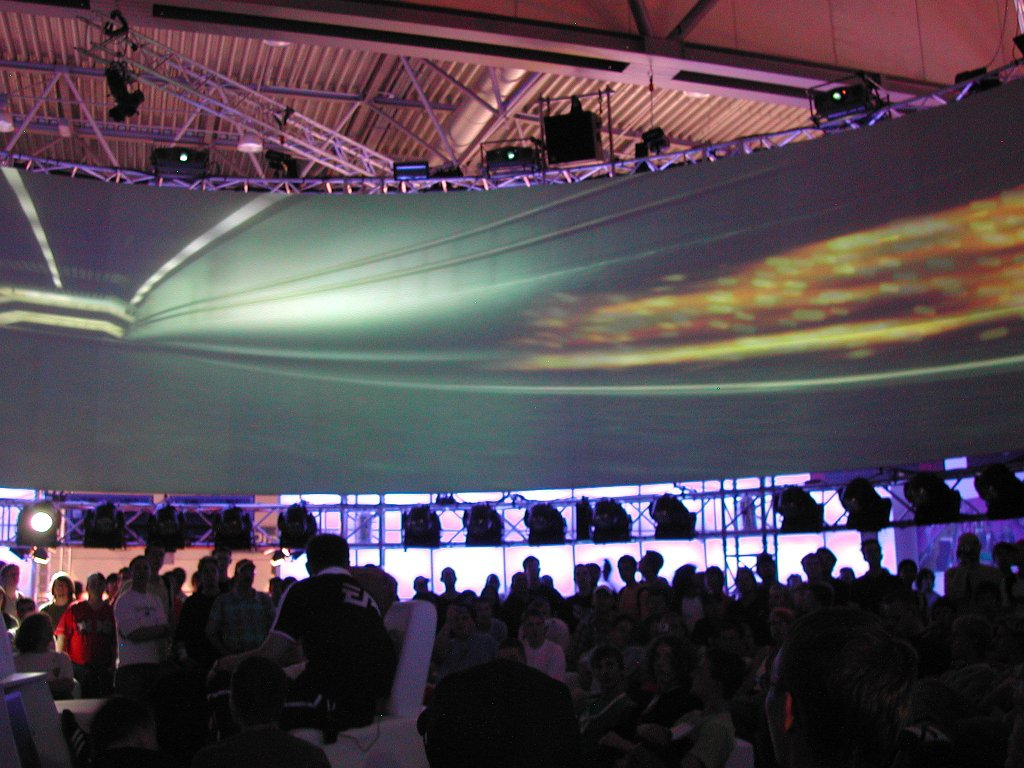 Der imposante Messestand von Electronic Arts glich einer Arena. (Bild: Andre Eymann)