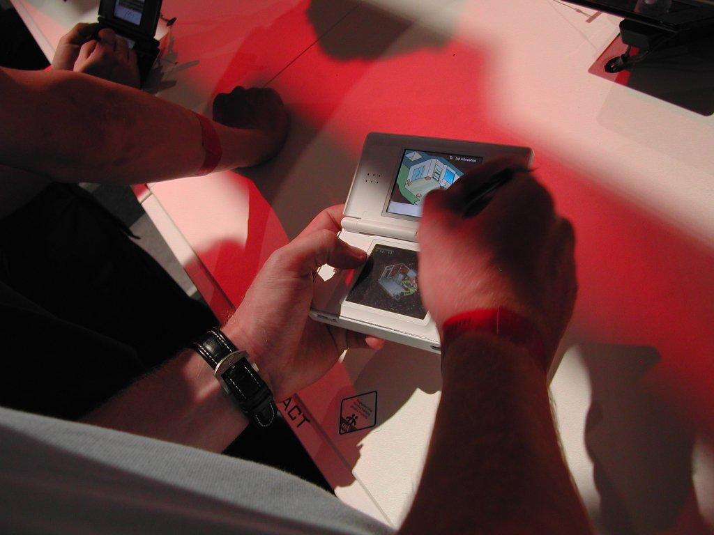 Der neue Nintendo DS Lite mit dem Spiel Contact in Aktion. (Bild: Andre Eymann)