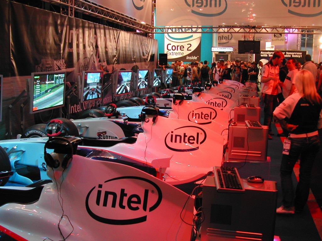 Autorennsimulatoren auf dem Stand von Intel. (Bild: Andre Eymann)