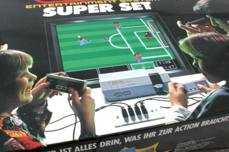 """""""Alles drin, was ihr zur Action braucht."""" Aber hallo! Die Box ziert ein Screenshot von Nintendo World Cup. Mekrwürdig nur, dass der Familienvater glaubt, mit Select und dem Steuerkreuz irgendetwas bewirken zu können... (Bild: Boris Kretzinger)"""