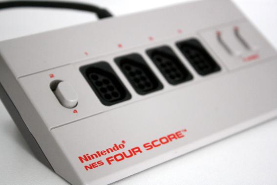 Dieser Adapter machte Spielen zu Viert möglich - da konnte der C64 damals nicht mithalten und musste den Platz vor dem Fernseher räumen. (Bild: Boris Kretzinger)