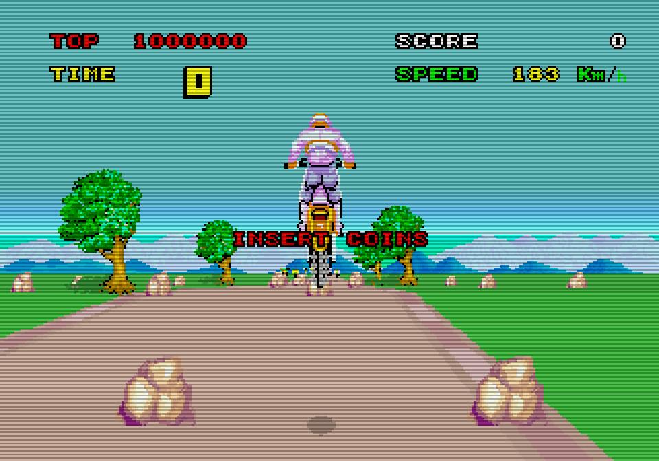 Durch Hochziehen des Lenkers kann der Spieler am Automaten über Stock und Stein springen. (Bild: Sega)
