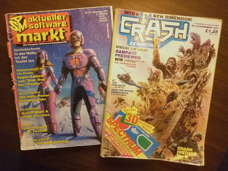 Unzählige Male habe ich diese beiden Hefte in der Weihnachtszeit anno 1987 durchblättert: meine erste eigene ASM bzw. CRASH. Der Zahn der Zeit hat sichtlich an den Heften genagt, dennoch konnte ich mich nie davon trennen. Kaum zu glauben, dass die beiden hier abgebildeten Hefte bald ein Vierteljahrhundert alt werden. (Bild: Dirk Mayer)