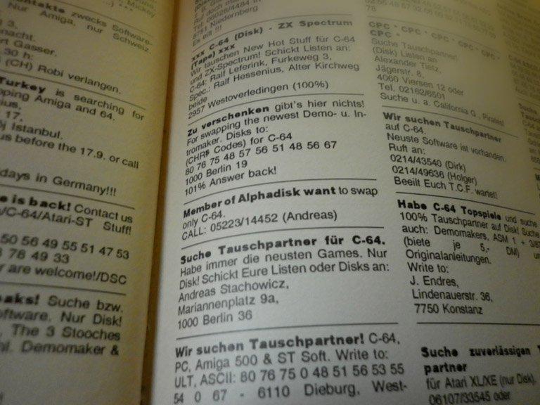 In Kleinanzeigen (hier: ASM) suchten die Freaks nach Tauschpartnern. Teilweise wurden ASCII-Codes benutzt, um die Adresse zu verschleiern – die Zahlenfolge 80 76 75 ergibt PLK = Postlagerkarte. PLKs waren in der Raubkopiererszene der 80er sehr beliebt, Anfang der 90er Jahre jedoch wurden sie abgeschafft. (Bild: Dirk Mayer)