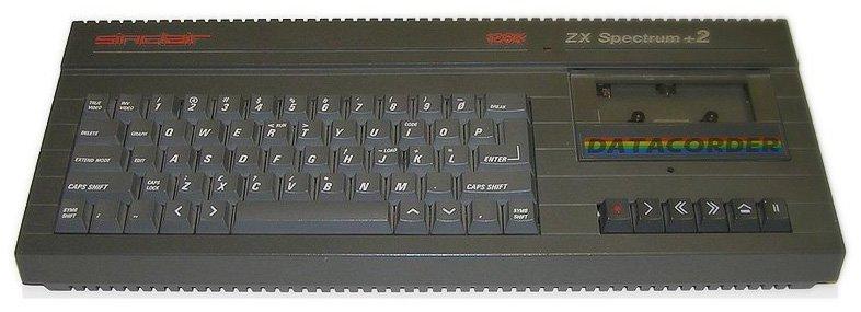 Der Spectrum +2 ist das erste Amstrad-Modell, was man auch unschwer an der Ähnlichkeit zum CPC 464 erkennt. Technisch ist er weitestgehend mit dem normalen 128k-Spectrum identisch. (Bild: StuartBrady, Wikimedia Commons)