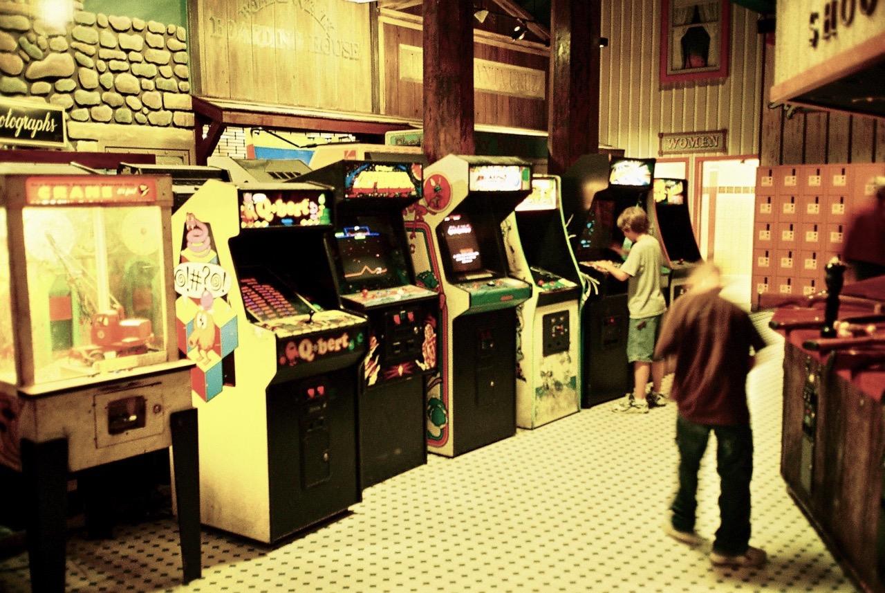 Q*Bert, Defender und viele weitere Arcade-Automaten stehen zum Spiel bereit. (Bild: André Eymann)