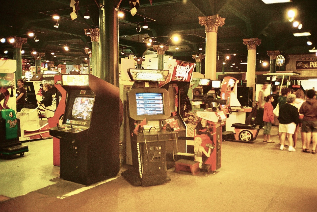 Spielautomaten so weit das Auge reicht. Die mit Säulen verzierte Arcade ist der perfekte Ort für Spielmaschinen aller Couleur. (Bild: André Eymann)