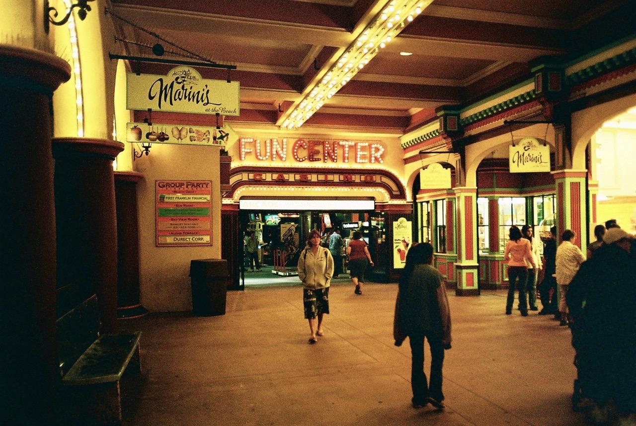 """Willkommen im """"Fun Center""""! Hinter diesem Eingang versteckt sich das Arcade-Paradies. (Bild: André Eymann)"""