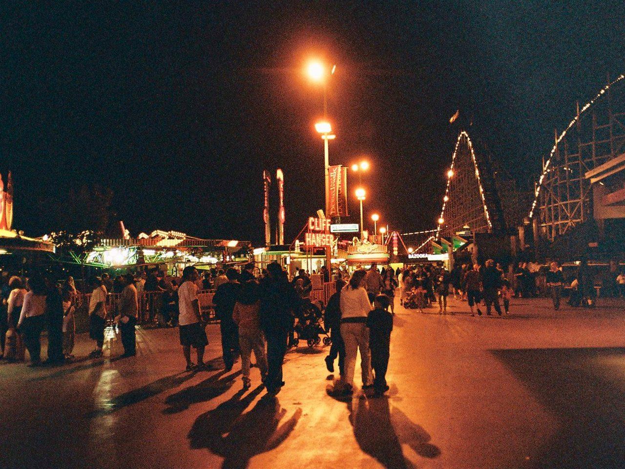 Abends auf dem Santa Cruz Beach Boardwalk. (Bild: André Eymann)