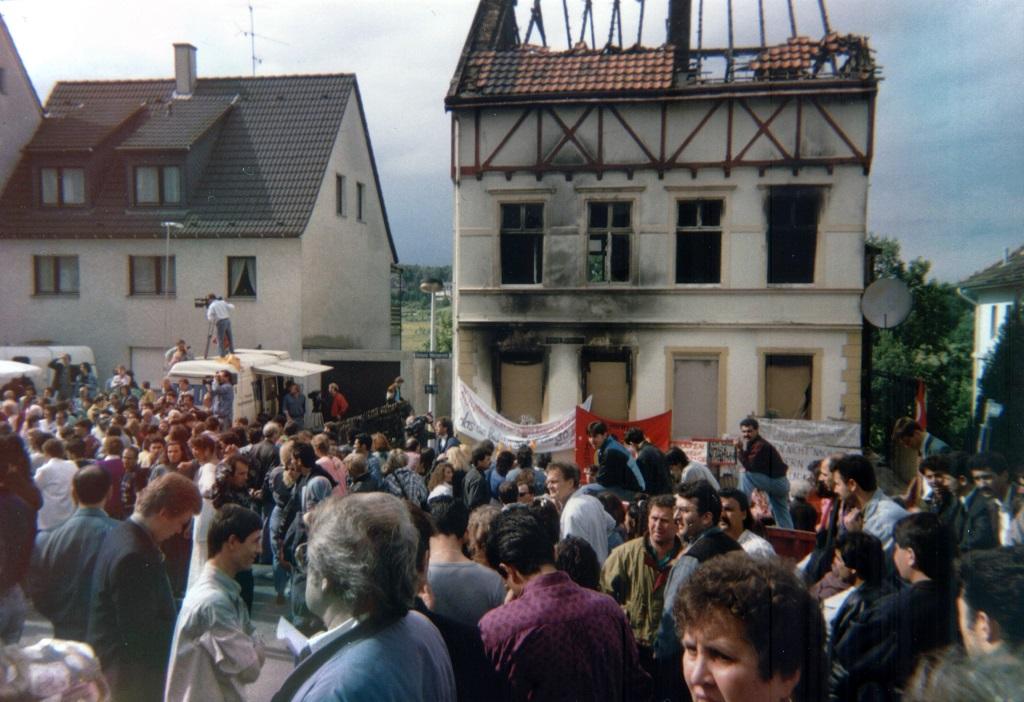 Demonstrationen vor dem Haus der Familie Genc in Solingen am 5. oder 6.6.1993. (von Sir James [CC BY-SA 2.0 de], from Wikimedia Commons)