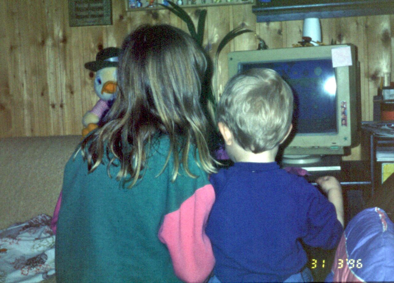 Kevin Puschak (rechts) mit Schwester am 31. März 1996 am heimischen PC.
