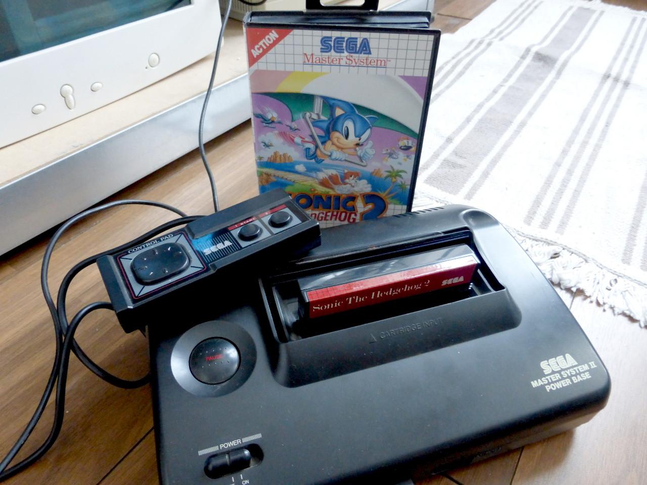 """Das Familienerbstück: ein SEGA Master System II mit Original-Controller und dem Spiel """"Sonic the Hedgehog 2"""". (Bild: Kevin Puschak)"""