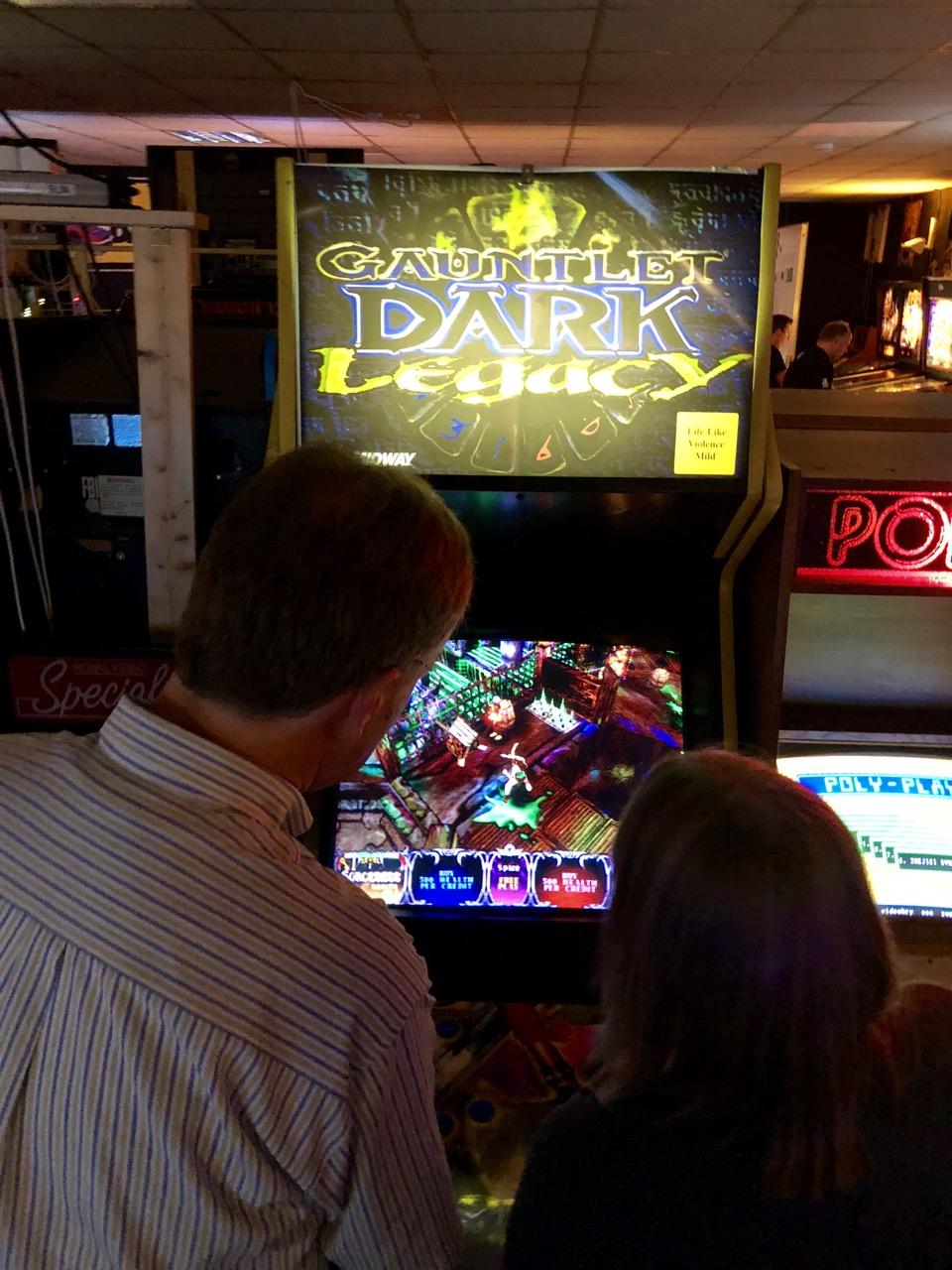Gemeinsames Spielen am Gauntlet-Automat. (Bild: André Eymann)