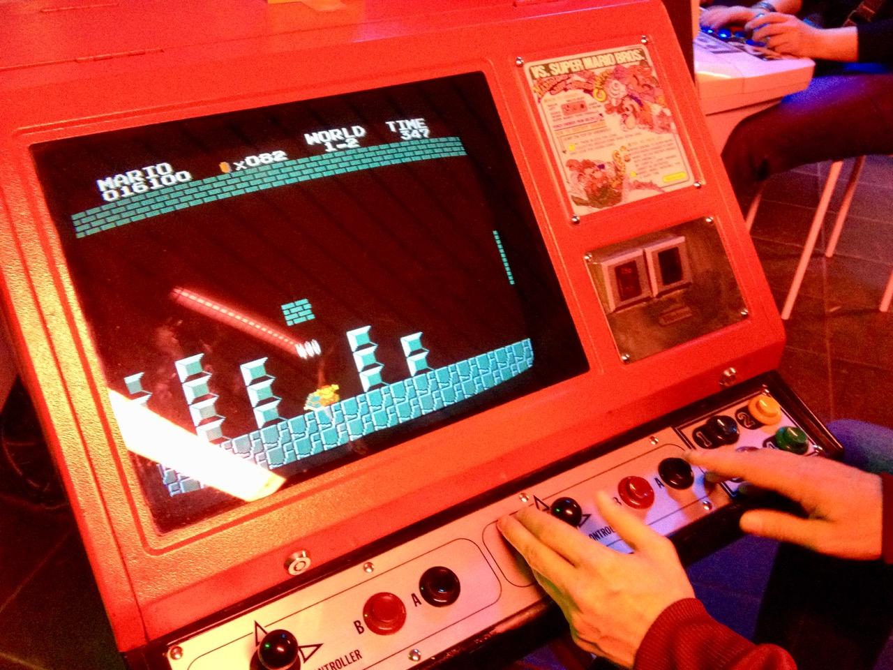 """Das OCM kann auch mit einem """"VS. Super Mario Bros."""" Automaten von 1986 aufwarten. (Bild: André Eymann)"""