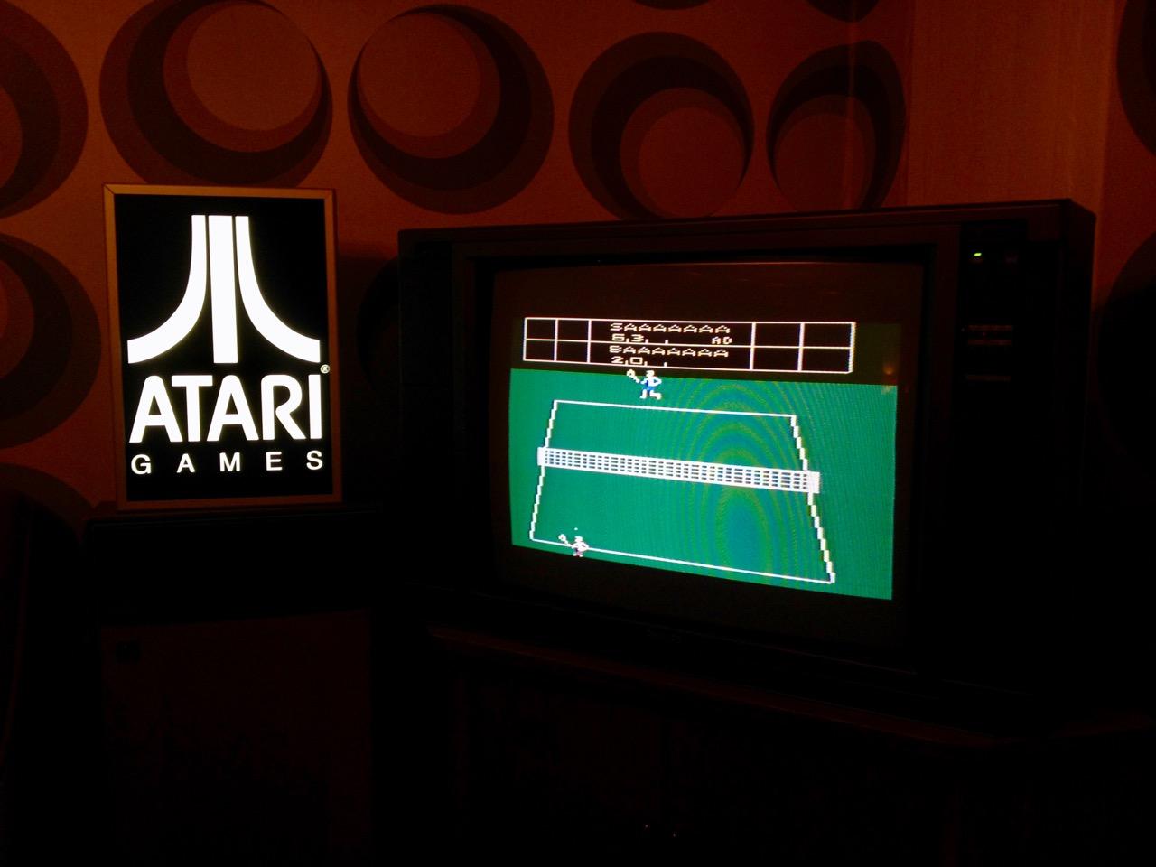 Real Sports Tennis auf dem Atari 2600 kann in einer gemütlichen Sitzecke gespielt werden. (Bild: André Eymann)
