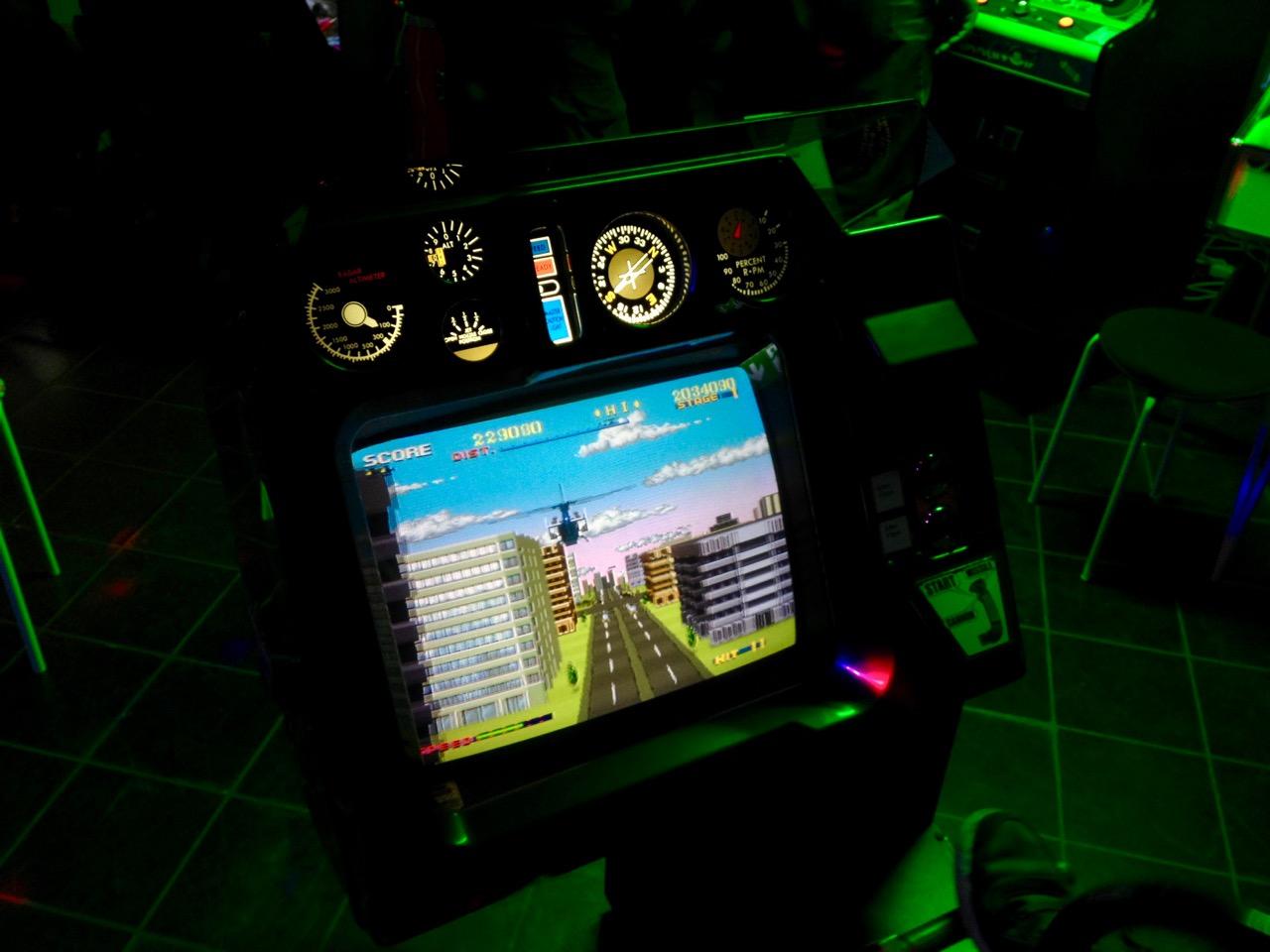 SEGAs Helikopter-Actionsspiel Thunder Blade gibt es als Sit-In oder normales Cabinet. (Bild: André Eymann, aufgenommen im OCM)