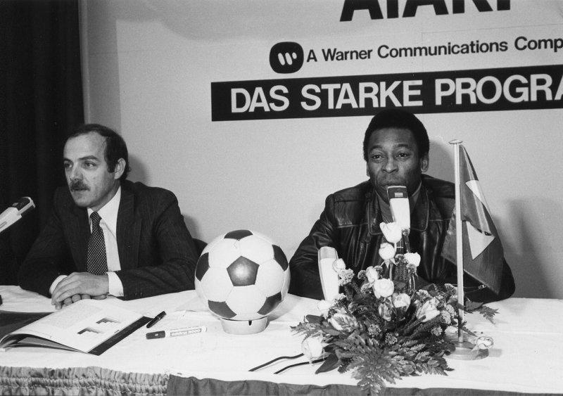 Mit brauner Lederjacke, rotem Rollkragenpullover und Jeans stellte Pelé sich den Fragen der Journalisten. (Bild: Klaus Ollmann)