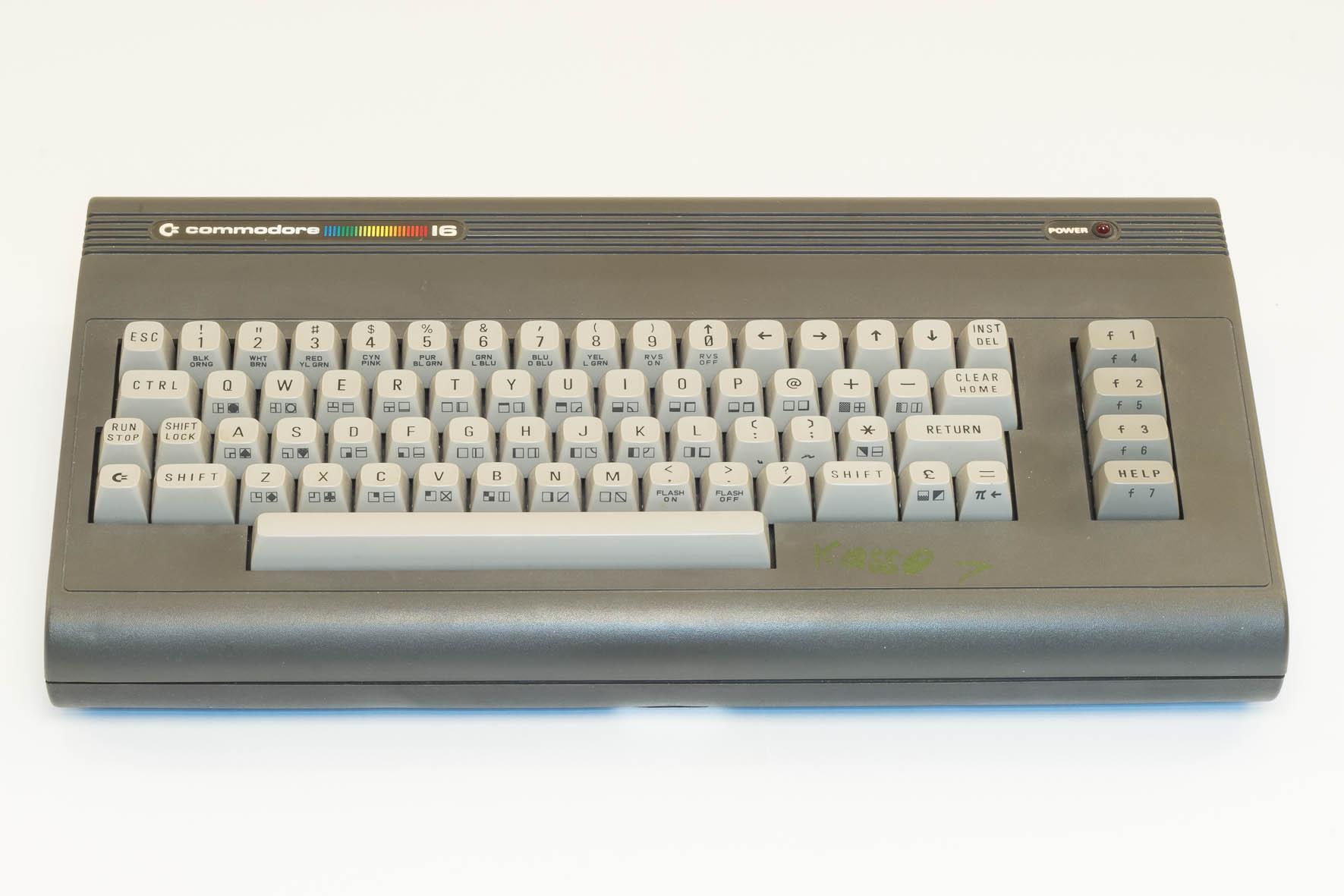 Die Zeitschrift Computerwoche schreibt am 4. April 1986 zum Verkauf des C16 durch Aldi: Für etwa 160 Mark kann der Einsteiger einen Kleinstrechner samt Datasette, Basic-Kurs und Lehrbuch im Paket am Tragegriff mitnehmen. (Bild: Claudio Lione)