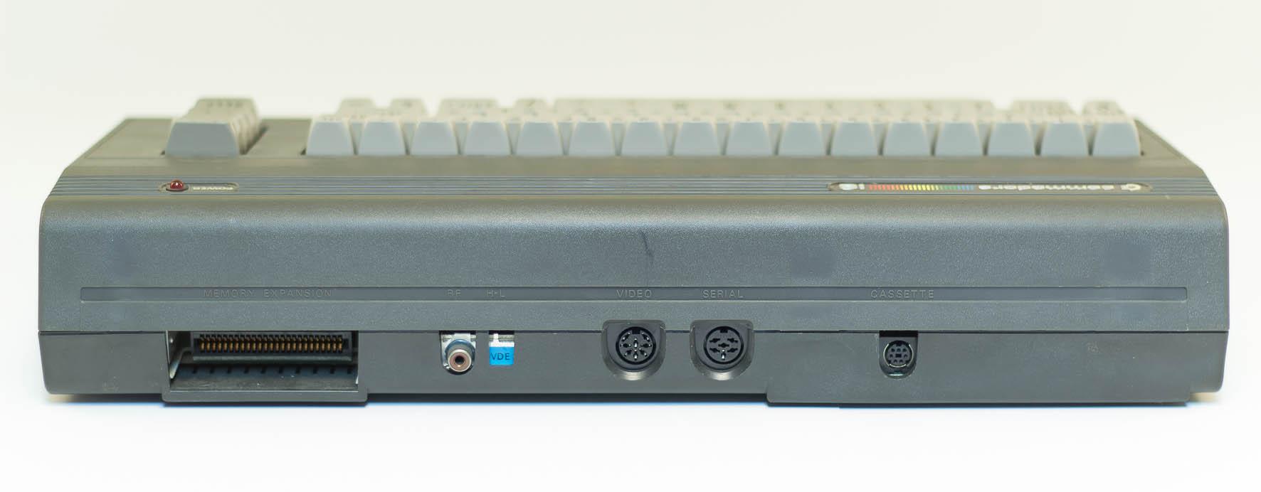 Die Anschlüsse an der Rückseite des C16. Am Expansion-Port konnte beispielsweise das zum C16 passende Floppylaufwerk VC 1551 betrieben werden. (Bild: Claudio Lione)