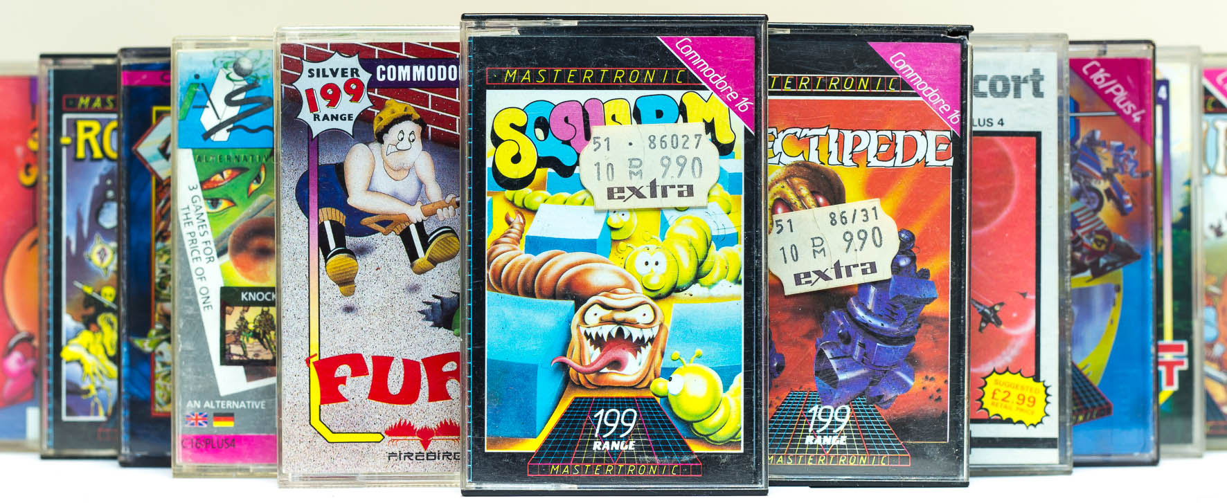 Verschiedene C16 Spiele von Mastertronic, Firebird und weiteren Herstellern. Ganz vorn ist die Kassette von Squirm zu sehen. (Bild: Claudio Lione)