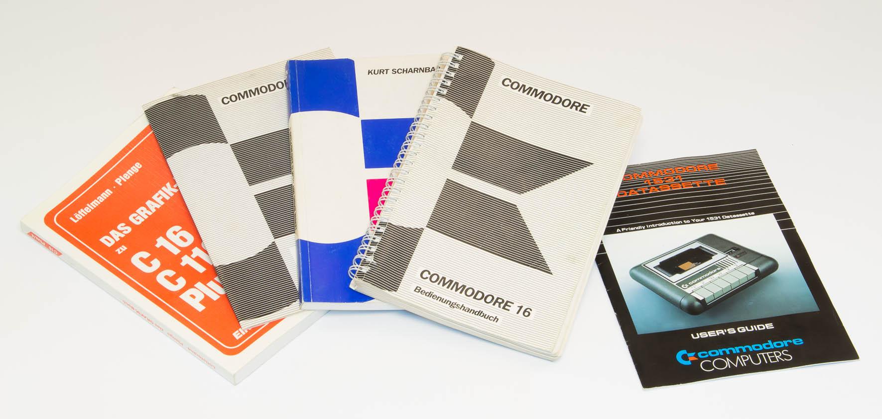 Das Original Benutzerhandbuch zum C16, sowie weitere C16-Literatur. (Bild: Claudio Lione)