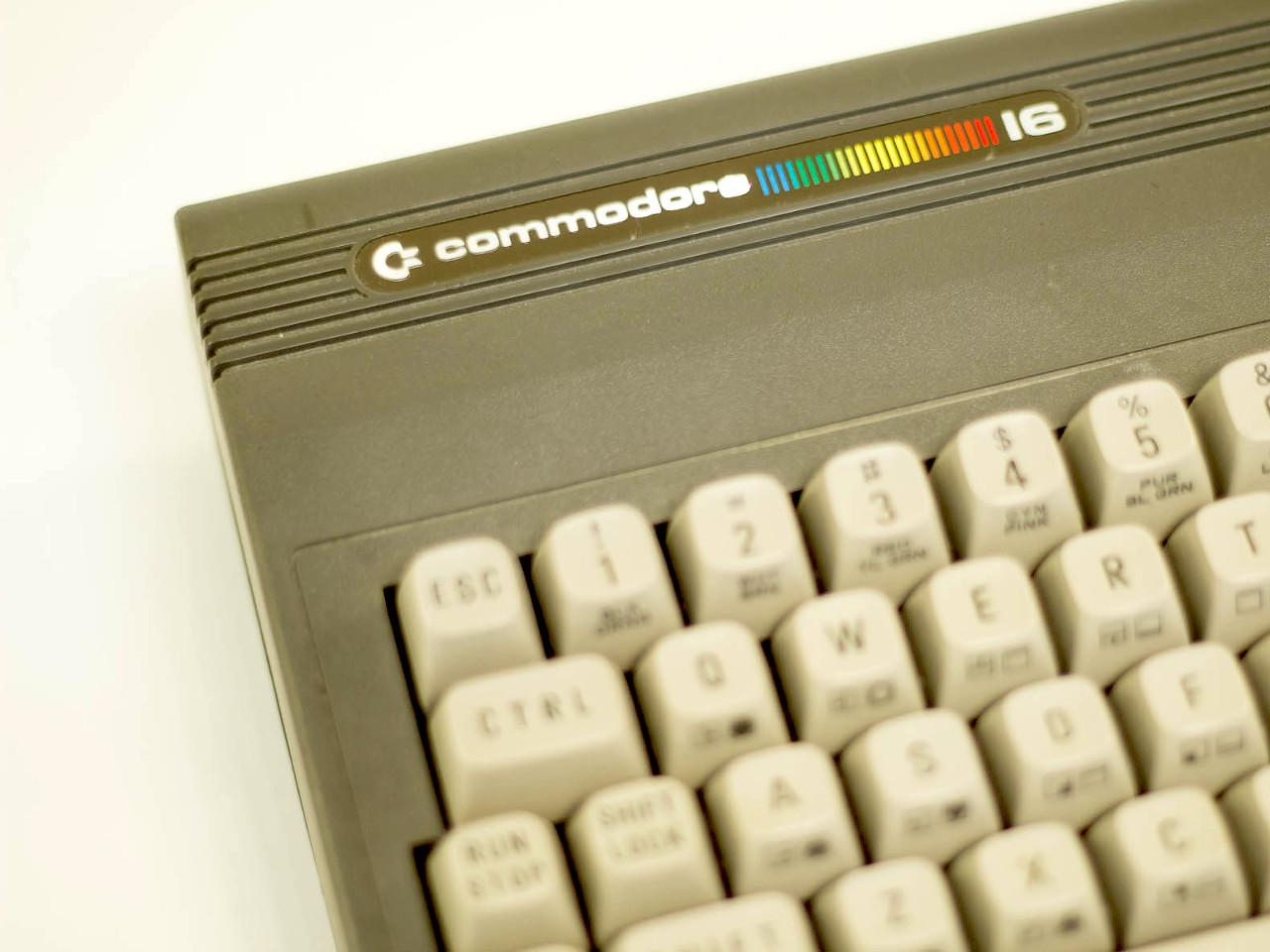 Das Gehäuse des C16 war deutlich dunkler als das des C64. (Bild: Claudio Lione)