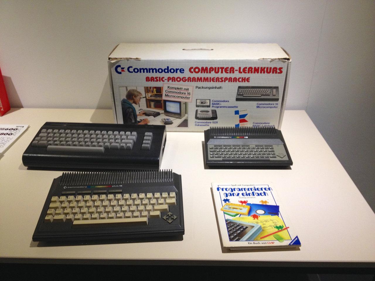 264er-Familienfoto: die Heimcomputer C16, C116 und Plus/4 von Commodore. (Bild: André Eymann)