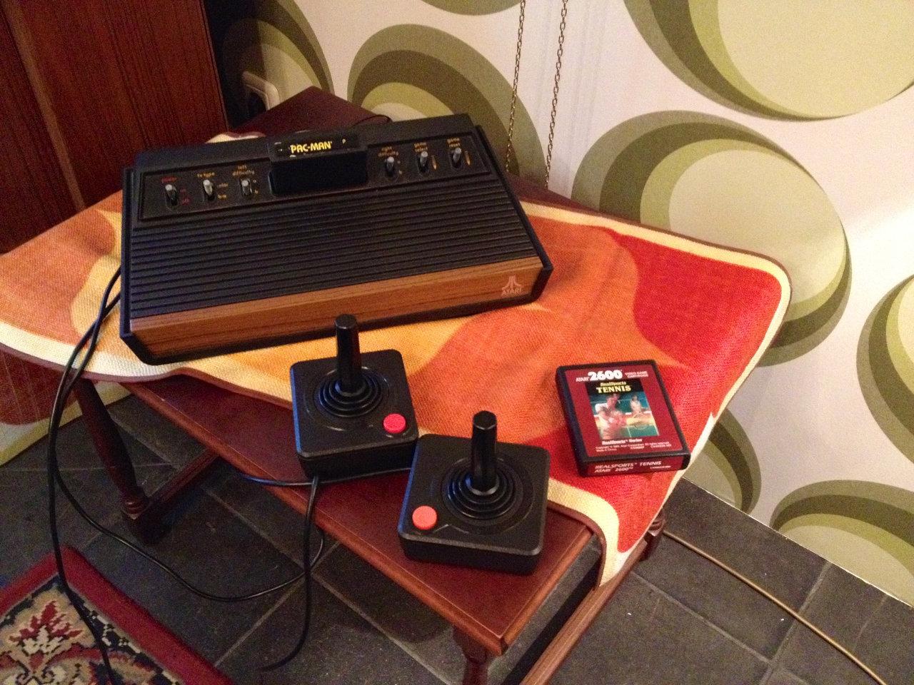 Wie damals - eine Atari VCS bzw. 2600er Spielkonsole mit den legendären CX40 Joysticks. (Bild: André Eymann)