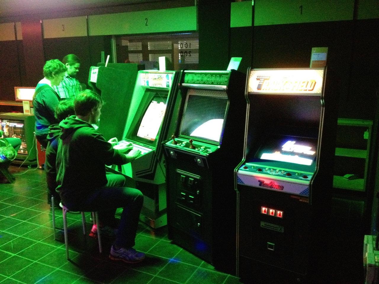 Ein Blick in die Arcade. Hier stehen ca. 30 Videospielautomaten. (Bild: André Eymann)