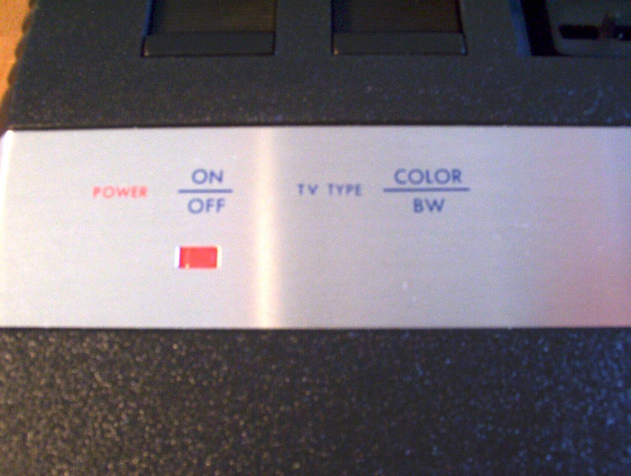 Auch hier alles gefälscht: normalerweise ist die (echte) Power LED in den typischen Farbstreifen von Atari eingefasst. (Bild: André Eymann)