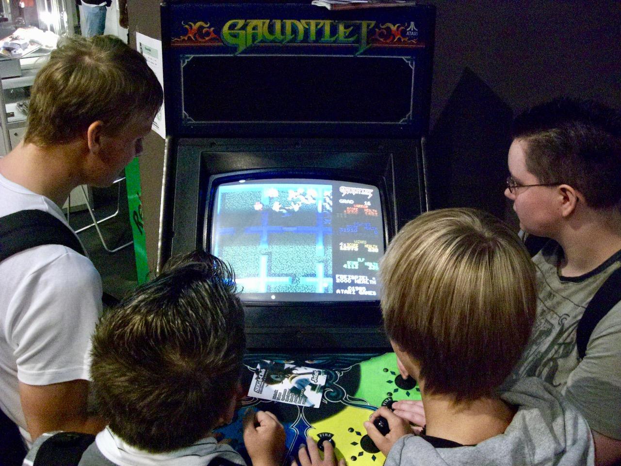Jugendliche am Spielautomaten Gauntlet von RetroGames e.V. (Bild: André Eymann)