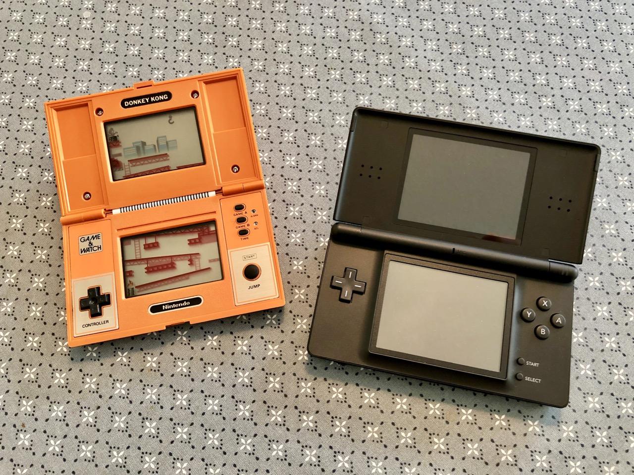 Links: Nintendos Game & Watch Donkey Kong von 1982, Rechts: Nintendos DS Lite von 2006. (Bild: André Eymann)