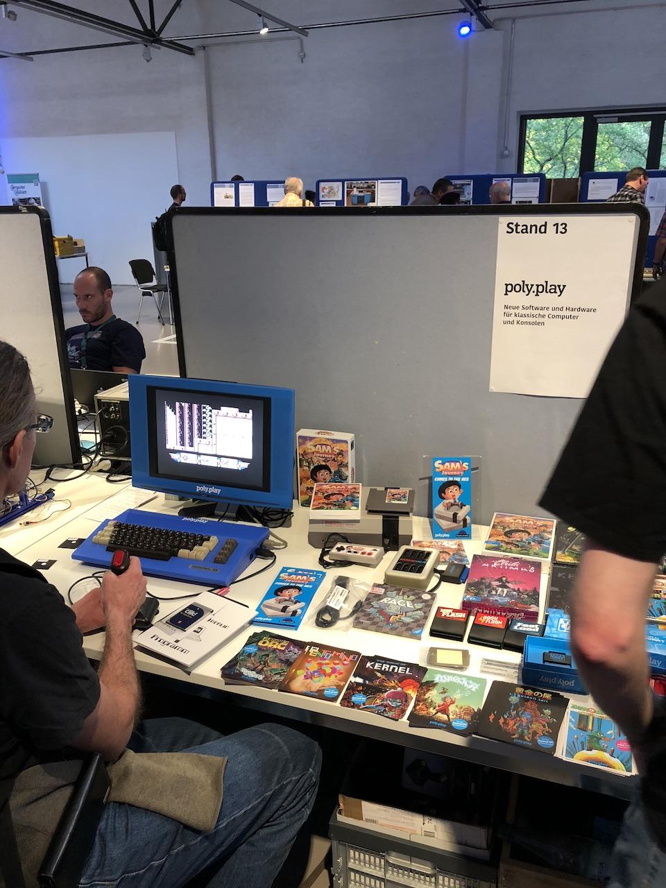 Am Stand von poly.play, die neue Spiele für klassische Homecomputer und Konsolen herstellen. (Bild: Stefan Vogt)