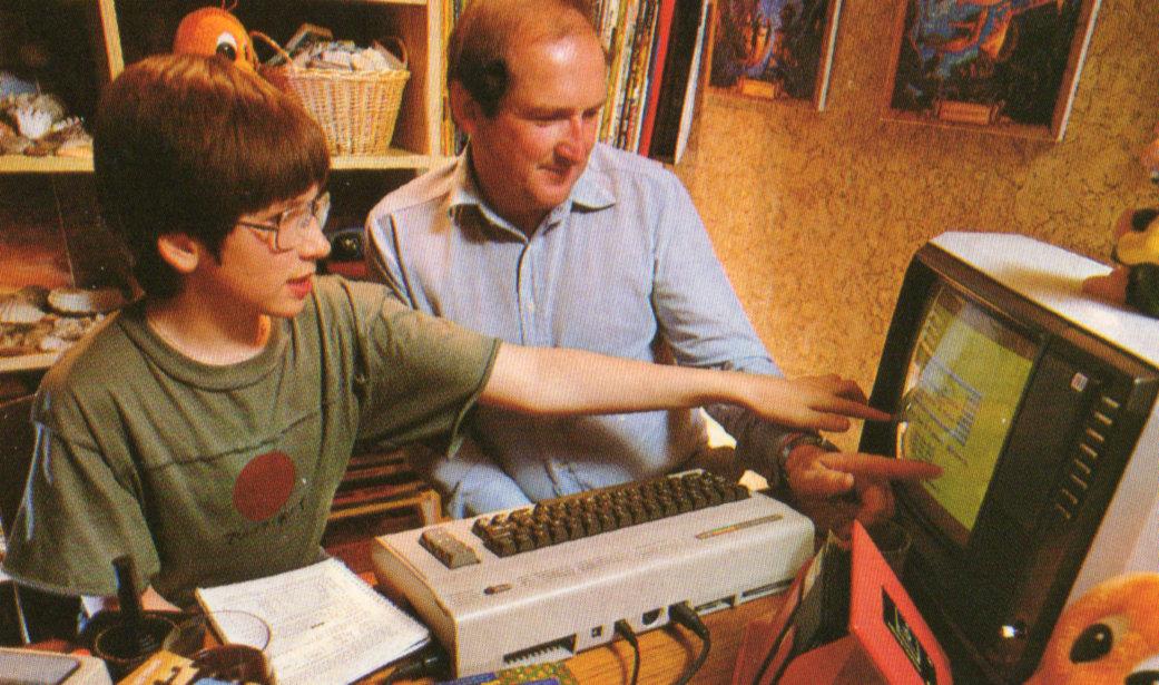 Gemeinsam geht es besser. Vater & Sohn teilen ihre Erlebnisse am Computer. (Bild: Heyne Verlag)