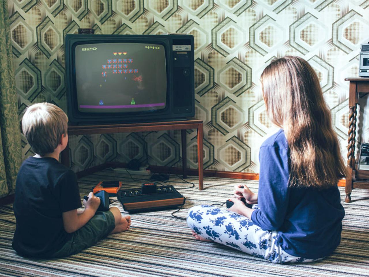 Kinder spielen an einem Atari VCS. (Bild: Ian Robert Pare, retroark.com)
