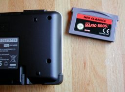 Der Nintendo DS mit dem NES Classics GBA-Modul Super Mario Bros. (Bild: André Eymann)