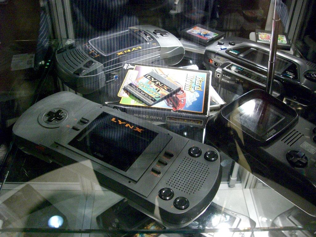 Zwei Atari Lynx Handhelds (1989, 1991) und Sega Game Gear von 1991. (Bild: André Eymann)