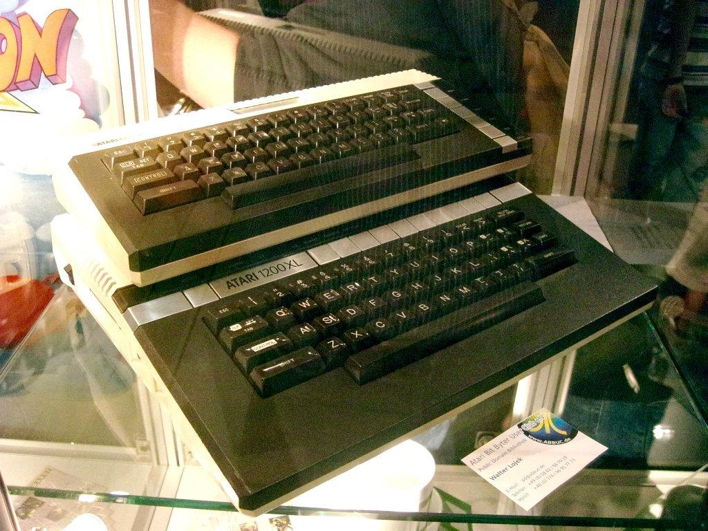 Zwei Heimcomputerlegenden: Atari 600XL und Atari 1200XL. (Bild: André Eymann)