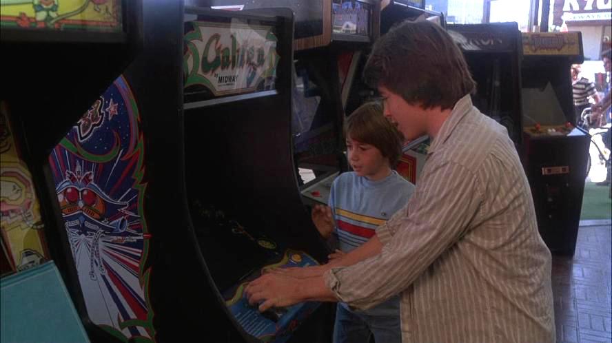David in der Arcade. Rechts neben David ist ein Tron-Automat zu erkennen. (Bild: United Artists)