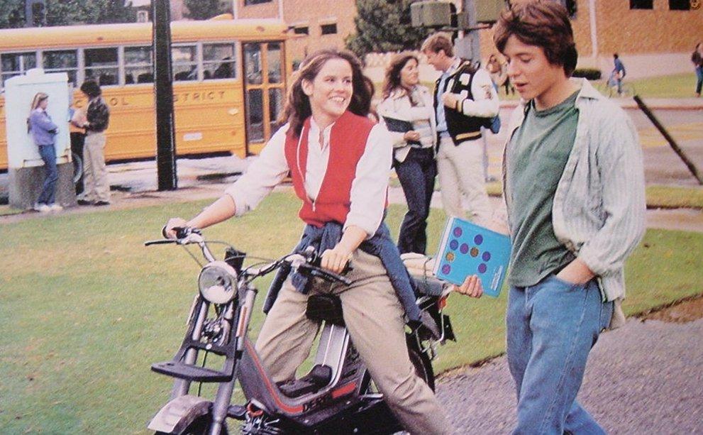 Jennifer (Ally Sheedy) und David (Matthew Broderick) auf dem Schulgelände. (Bild: United Artists)