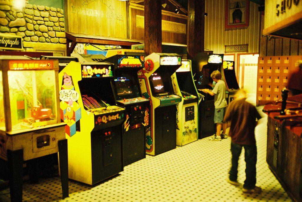 Aufgereihte Spielautomaten. Sind Q*Bert, Defender und Pac-Man tatsächlich Killerspiele? (Bild: André Eymann)