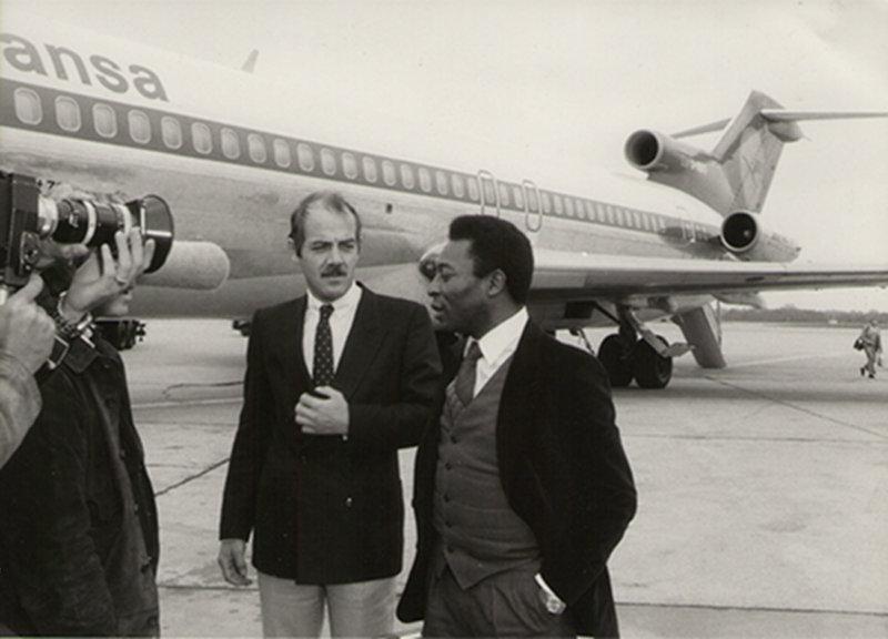Mai 1981: Klaus Ollmann und Pelé auf dem Hamburger Flughafen in Fuhlsbüttel. (Bild: Klaus Ollmann)