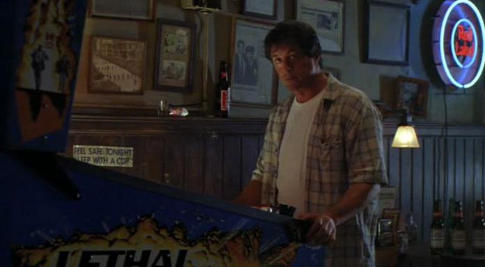 Szene aus Cop Land mit Sylvester Stallone am LETHAL WEAPON Flippertisch (Bild: Miramax Films)