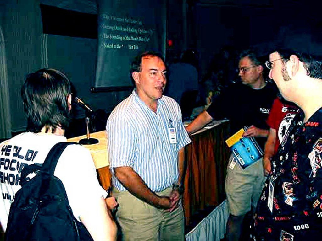 Warren Robinett, der Entwickler von Adventure umringt von einigen Fans. (Bild: Atari)
