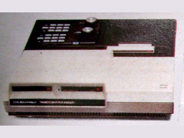 Die Memory-Console wurde mit dem ColecoVision zusammengesteckt. Durch die Verbindung der Erweiterung mit der Spielkonsole standen dem Nutzer insgesamt 80 KB RAM zur Verfügung. Zusätzlich war ein Schreibprogramm enthalten. (Bild: Coleco, ColecoVision Prospekt)