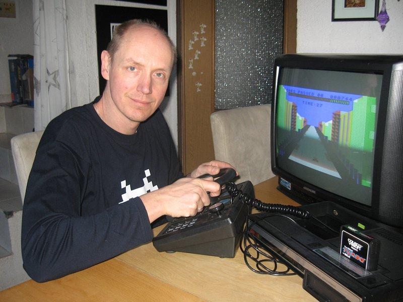 Hier spiele ich das Spiel Turbo auf mein ColecoVision. Erst vor kurzer Zeit kaufte ich mir erneut die Konsole aus meiner Jugend samt zwei Dutzend Spielmodulen und allerhand Zubehör wie den Atari VCS Adapter und dem begehrten Turbo Modul samt Lenkrad. (Bild: Torsten Othmer)