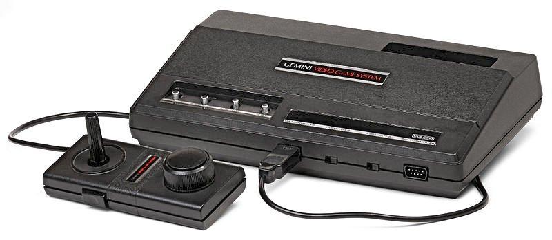 Das von Coleco verkaufte Gemini, welches zum Atari VCS System kompatibel ist und mit dem Atari Module abgespielt werden können. Das besondere an den mitgelieferten Joystick ist, dass er sowohl ein Drehrad als auch ein Stick besitzt. (Bild: Wikipedia)