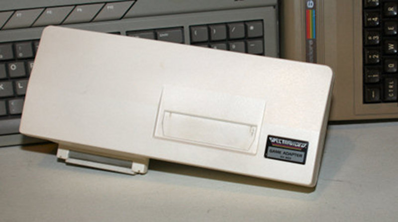 Der von Spectravideo für den SVI-328 und SVI-318 angebotene ColecoVision Games Adapter SV-603, mit dem sich alle ColecoVision Spielmodule spielen ließen. (Bild: www.tietokonemuseo.net)